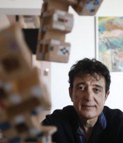 Manolo García mostra la seva pintura «inconformista pop» a Sant Feliu de Guíxols // Manolo García muestra su pintura «inconformista pop» en Sant Feliu de Guíxols